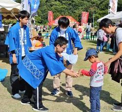 中島分校の生徒らが中島産のミカンを販売したフェスティバル(2018年10月、松山市で=同校提供)