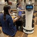 すかいらーくホールディングスがファミリーレストラン「ガスト」などで導入する、料理提供などを行うネコ型ロボット(同社提供)