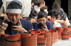 2011年11月に盛岡市で開かれた「全日本わんこそば選手権」の様子。一般の部門の1位は251杯だった=2011年、盛岡市