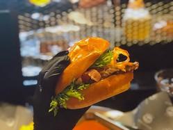 〈噂の新店〉手袋つけて豪快にガブリ! ハンバーグ屋が作る究極のハンバーガー誕生