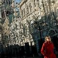 ロシア首都モスクワのニコルスカヤ通りを歩く女性(2020年2月21日撮影、資料写真)。(c)Dimitar DILKOFF / AFP