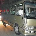 右前部が破損し、運転席の窓ガラスが飛び散ったマイクロバス(16日夜)