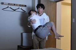 高橋一生、仲里依紗をお姫様抱っこ!『東京独身男子』お家デート写真公開