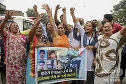 インド南部ハイデラバード郊外のシャドナガルで、集団レイプ殺人事件の容疑者が警察に射殺されたことを喜ぶ人々(2019年12月6日撮影)。(c)SAM PANTHAKY / AFP