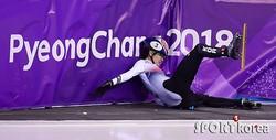 (写真提供=SPORTS KOREA)平昌五輪のショートトラック女子1000mで転倒したシム・ソクヒ