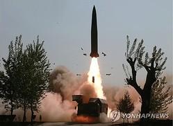 北朝鮮が公開した短距離ミサイルと推定される飛翔体の発射場面=(朝鮮中央テレビ=聯合ニュース)