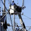 台風15号で傷んだ電線を交換する作業員ら(9日、千葉県鋸南町で)