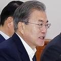 企業トップらを前に発言する文大統領=10日、ソウル(聯合ニュース)