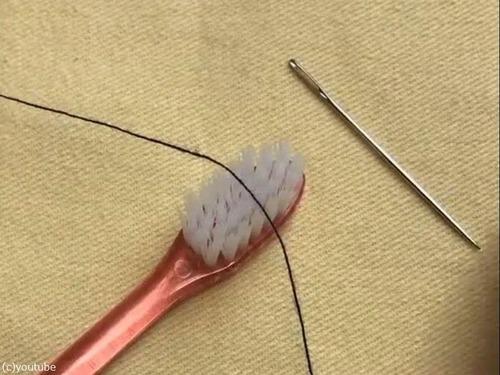 歯ブラシを使った「針の糸の通し方」の裏ワザ