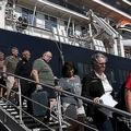 カンボジア南部シアヌークビルで、クルーズ船「ウエステルダム」号から下船する乗客