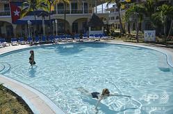 ホテルのプールで泳ぐ人々(2020年1月17日撮影、資料写真)。(c)YAMIL LAGE / AFP