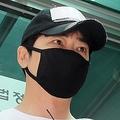 令状審査を終え、被害者に謝罪するカン・ジファン容疑者=12日、城南(聯合ニュース)