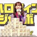 目の前に1等賞金の5億円が登場し、驚く峯岸みなみ