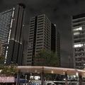 日が沈み、高層ビルやマンションに明かりがともる中、被災したタワマンだけが真っ暗のまま