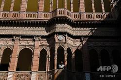 インド・ビカネールの旧市街にあるハベリーを改装したホテル「バンワーニワス」(2018年12月5日撮影)。(c)CHANDAN KHANNA / AFP