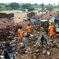 インド・タミルナド州コインバトール近郊の村で壁が倒壊し、被害にあった家屋のがれきを回収する救助隊員ら(2019年12月2日撮影)。(c)AFP