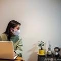 ロボットの「チャーリー」と会話をする濱浦那美さん。都内で(2021年2月4日撮影)。(c)Philip FONG / AFP