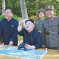 中距離弾道ミサイル「北極星2」の発射実験を視察する北朝鮮の金正恩朝鮮労働党委員長(5月21日)。(時事通信フォト=写真)