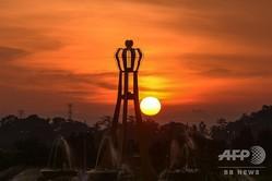 マレーシア北西クダ州の州都アロースターに沈む夕日(2015年5月29日撮影、資料写真)。(c)MOHD RASFAN / AFP