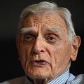 ノーベル化学賞受賞が決まった米テキサス大のジョン・グッドイナフ教授=9日、ロンドン(AFP時事)