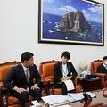 面会する尹氏(左端)と冨田氏。壁に独島の写真が飾られている=20日、ソウル(聯合ニュース)