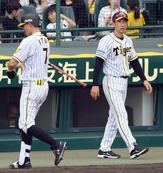 9回、矢野監督はベンチを出て選手交代を告げる(撮影・山口登)