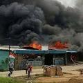 インドネシア・ソロンで抗議デモ参加者らに放火された建物(2019年8月20日撮影)。(c)Arman Namsa / AFP