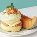 ゴロッと果肉&ふわふわ生地のW食感♡ 「奇跡のパンケーキ」7月限定メニューは夕張メロン!