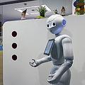 人型ロボット「Pepper」はホテルや空港などでの案内もサポートする。(時事通信フォト=写真)
