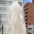 路上で大量の水が噴き出す 大阪