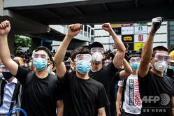 香港の立法会(議会)前で、シュプレヒコールを上げるデモ隊(2019年6月12日撮影)。(c)Philip FONG / AFP