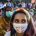パキスタンのカラチで行われた国際女性デーのデモの参加者ら(2021年3月8日撮影)。(c)Asif HASSAN / AFP
