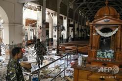 スリランカの中心都市コロンボで、爆発に見舞われた教会「聖アンソニー教会」内部を歩く治安要員(2019年4月21日撮影)。(c)AFP=時事/AFPBB News