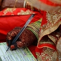 証明書に署名するイスラム教徒の花嫁(2018年12月3日撮影、資料写真)。(c)SAM PANTHAKY / AFP