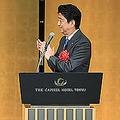 中曽根康弘元首相(左)の白寿を祝う会で、拍手を送る安倍晋三首相=5月15日、東京都内のホテル(写真=時事通信フォト)