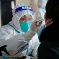 中国・黒竜江省ハルビン市で行われる新型コロナウイルス検査のための検体採取(2021年1月14日撮影、資料写真)。(c)STR / AFP