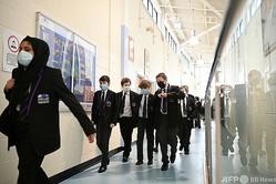 英イングランドの中等学校で、廊下を歩く生徒ら(2021年3月17日撮影、資料写真)。(c)Oli SCARFF / AFP