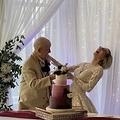 ウェディングケーキの前で笑顔を見せるカップルだが…(画像は『theCHIVE 2020年10月20日付「Vile Teenage Gold-Digger marries 89-year-old, gets caught by Twitter」』のスクリーンショット)