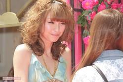 イベントでファンの手を取る木下優樹菜('09年)