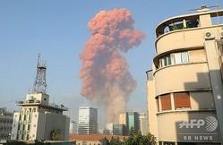 レバノンの首都ベイルートで起きた爆発により立ち上った煙(2020年8月4日撮影)。(c)Anwar AMRO / AFP