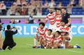 <日本・スコットランド>試合を終え、記念撮影するリーダー陣(前列左から)稲垣、中村、流、ラファエレ(後列左から)リーチ、田村、ラブスカフニ(撮影・吉田 剛)