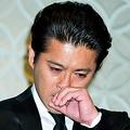 4月26日、600人以上の報道陣の前に立ち涙を流しながら謝罪した