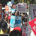 デモ行進で「年金払え」などと訴える人たち=16日午後、東京都千代田区