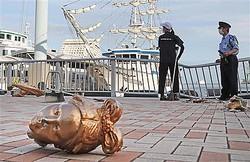 遊覧船が衝突した現場ではフェンスが折れ曲がり、船の飾りが落ちていた=23日午後、神戸市中央区(彦野公太朗撮影)