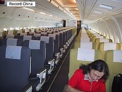 今回は「国際協力」が多くの人の尽力で成り立っている一例を進行中の活動で紹介したい。写真は乗客7人だけ、飛行中の2003.4.29関空/北京NH159便。