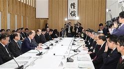 台風15号、19号等に関わる検証チーム会合で発言する菅義偉官房長官(左手前から3人目)=16日午後、首相官邸(春名中撮影)