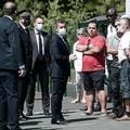 フランス南西部バイヨンヌで、バス運転手が死亡した事件を受け、被害者の同僚たちとの面会に臨むジェラルド・ダルマナン内相(中央左、2020年7月10日撮影)。(c)AFP/GAIZKA IROZ