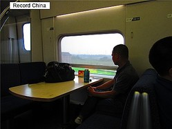 22日、新京報によると、中国である女が高速鉄道車両の窓を壊し拘留処分が科された。中国のネットユーザーからさまざまなコメントが寄せられた。写真は高速鉄道。