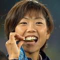 シドニー五輪で金メダルに輝いた際の高橋尚子選手。メダルを噛む姿が多くの人の印象に残った(写真:AFP/アフロ)