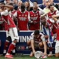 アーセナル、FAカップ優勝トロフィー落とす…全員頭を抱えた「落下シーン」がこちら